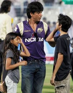 Sweetest dad in da world <3 HOW LUCKY ARE THOSE KIDS :) THEY WILL BE  SUPER HAPPY TO HAVE A DAD LIKE SHAHRUKH KHAN . IS A PLEASURE TO HAVE THE SURNAME KHAN AND TO HAVE A DAD, A HERO LIKE SRK IS ! <3 <3 I WISH I MEET HIM ONE DAYY BY SILVA SRK