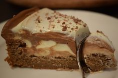 Peanut Butter Chocolate Mousse Brownie Cake - Food & Drink The Most Delicious Desserts – Culture Trip Desserts Keto, Peanut Butter Desserts, Chocolate Desserts, No Bake Desserts, Just Desserts, Cake Chocolate, Peanut Butter Mouse, Chocolate Mouse, Chocolate Party