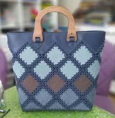 DIY einteilige Stoff Quilt Tasche Free Sewing Pattern + Video in 2020 Crochet Clutch, Crochet Handbags, Crochet Purses, Knit Crochet, Granny Square Bag, Diy Sac, Patchwork Bags, Beaded Purses, Denim Bag