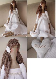 Una Tilda vestida de blanco, con la idea de ser un regalo para Pilar que hace su Primera Comunión.   La he vestido con piqué blanco adornando el talle con una perlitas.   Como detalle para el pelo una flor de ganchillo.  Y el corazón con el nombre, para que sea un poco más personalizado.
