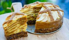 Raw apple pie J Fullerton Raw Kristina. Just apples, dates, figs, cinnamon and nutmeg - delish! Low Fat Desserts, Raw Vegan Desserts, Raw Vegan Recipes, Vegan Cake, Vegan Treats, Vegan Foods, Just Desserts, Healthy Foods, Paleo