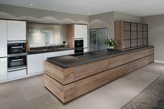 Een moderne keuken komt tot leven door de combinatie van strak witte fronten en…