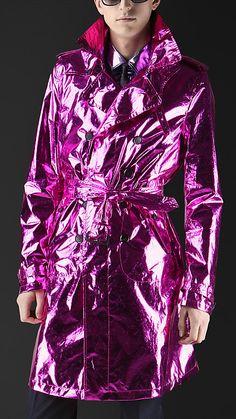 Les gens sont sérieux ? Burberry a sorti un Trench-Coat Rose pour Homme : http://fr.burberry.com/store/menswear/new-arrivals/prorsum/prod-44769071/