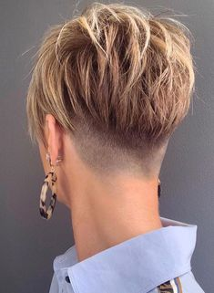 24 Taper Fade Haircuts For The Boldest Change Of Image Skin Fade Pixie ★ A taper fade haircut for women works for straight as well as curly hair. You canalso go for a short, mid or long option. Cool Short Hairstyles, Short Pixie Haircuts, Pixie Hairstyles, Hairstyles Pictures, Hairstyles 2018, Taper Fade Haircuts, Asymmetrical Pixie Haircut, Choppy Pixie Cut, Undercut Pixie Haircut