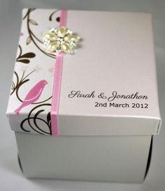 caixa feita de papelão