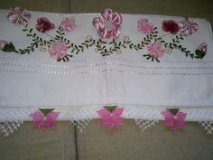 Pembe iğne oyası oyaları ile süslenen havlu kenarı örneği genç kızların çeyizlerini süsleyebilir.