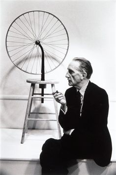 Marcel Duchamp with his Ready-Made.  Julian Wasser, 1963.  No todas las obras de arte son producto de un algo grado de habilidad