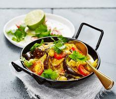 Curry och ingefärsdoftande vegogryta med kokosmjölk, aubergine och kikärtor. Stek auberginen i olja innan du smaksätter grytan med chili, garam masala och gurkmeja. Till sist smaka av med lime och strö över hackad koriander. Avnjut denna curry med nykokt ris.