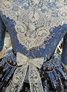1700s Dresses, Old Dresses, Nice Dresses, Renaissance Clothing, Medieval Fashion, Historical Clothing, Fashion Apps, Fashion Outfits, Period Outfit