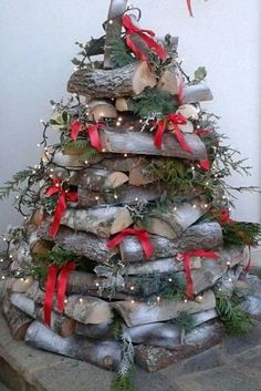 Tree made of logs - Weihnachts Dekor - Noel Holiday Wood Crafts, Outdoor Christmas Decorations, Holiday Crafts, Holiday Decor, Country Christmas, Winter Christmas, Christmas Time, Christmas Wreaths, Christmas Ornaments