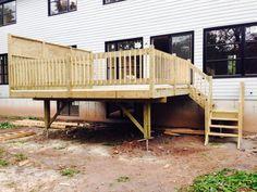 Le patio à paliers multiples offre quelques avantages en plus d'avoir un design très intéressant. Il offre la possibilité d'avoir le bbq accessible toute l'année ainsi qu'une zone de détente sur le palier plus bas qui favorise l'intimé. Il offre également l'avantage d'ajouter un spa ou une piscine pour des projets futurs. Patio Plans, Design Jardin, Backyard Patio Designs, Spa, Exterior, Ajouter, Porch Ideas, Decking, Ainsi