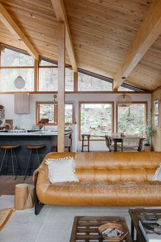 Vintage Interior Design a home in the hills of Malibu. - most of the items in this stunning malibu home are one-of-a-kind vintage scores, so erin let us in on her favorite resources. Sala Vintage, Vintage Style, Vintage Cabin, Home Decor Kitchen, Room Kitchen, Dining Room, Kitchen Windows, Kitchen Living, Country Style Homes