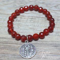 Pulsera Gospa Catholic Jewelry Elaborado en piedra roja con medalla de San Benito