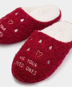 Find trendy women's slippers at the Oysho WINTER SALE 2016. Try our funny, fluffy, mule, open-toe, wool, fur slippers & boot slippers with just one click!