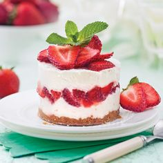 Gâteau étagé à la crème glacée et aux fraises - Les recettes de Caty Biscuits Graham, Cold Meals, Parfait, Delicious Desserts, Muffins, Cheesecake, Deserts, Strawberry, Ice Cream