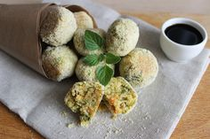 Le polpettine di ceci alle erbe sono un piatto gustoso, saporito e leggero della cucina vegana, molto semplici da preparare.