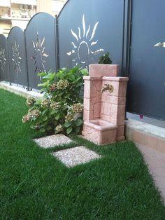 Fontana da giardino fonte antica, rosa antico. Località: Sovere (Bergamo)