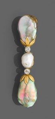 """1890 - Bar fine pearl - She wears a fine pearl ... on sale during the sale """"Important Jewels - Vacation 1"""" Tajan 