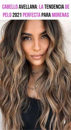 Si estás buscando un nuevo tinte para iniciar el 2021 con un cambio de look chic y súper moderno, hoy te recomendamos el tinte avellana: la tendencia de pelo 2021 perfecta para morenas. Descubre de qué se trata. Cabello avellana. #tintesdecabelloparamorenas #tintesdecabello #tintesdepelo #tintesdecabellodemoda Balayage Color, Balayage Hair, Cabello Hair, Gorgeous Hair Color, Curly Girl, Look Chic, Pretty Hairstyles, Hair Looks, Hair And Nails