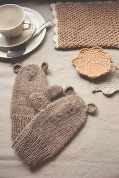 Nice mittens (No pattern, but just have to crochet on the ears and embroider the face, right? Knitting Room, Knitting For Kids, Knitting Projects, Baby Knitting, Knitting Patterns, Knitting Socks, Crochet Quilt, Crochet Mittens, Knit Crochet