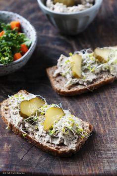 Smakowita pasta soczewicowo- orzechowa na kanapki. Brązowa soczewica w towarzystwie orzechów laskowych i kiszonego ogórka/ Pyszka.