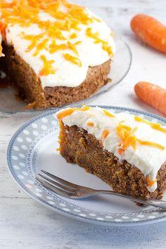 Recept voor een Amerikaanse carrot cake (worteltjestaart) met roomkaasglazuur. Recept voor 12 personen, klaar in anderhalf uur.