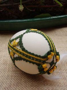 Ontwerp: Victoria ven Strik. KLoswerk: Wemmie Eggens.  Dit ei kan op de moesjes staan.