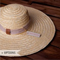The Salinas straw hat refers to the history and tradition of Costa Nova and is a true testimony to the traditional Portuguese art of straw-crafting.