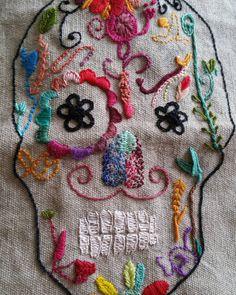Casi terminada nuestra calavera bordada a mano!!!!! Yujuuu #embroidery #bordadoamano #handmade #bordandobordando #bordando