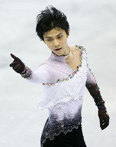 【時事ドットコム】悔しさ残った対決=羽生、4回転決まらず-スケートカナダ  http://www.jiji.com/jc/zc?k=201310/2013102700049&g=spo  ●フリーの演技を終えた後、リンク裏のモニターで、チャンの滑りを食い入るように見ると、羽生は「うまいなと思う」とつぶやいた。楽しみにしていた王者との対決は30点近い差をつけられ、「悔しいし、もどかしい」と言うしかなかった。  出だしでつまずいた。冒頭の4回転サルコーで前のめりに激しく転び、続く4回転トーループも着氷でバランスを乱した。認定はされたが、最大の得点源で、大きな減点。リズムに乗れず、後半のトリプルアクセル(3回転半)もタイミングが合わず失敗した。  今月初めのフィンランディア・トロフィーでは2種類とも4回転を決め、今大会も練習では普通に着氷していた。「(二つの大会の)唯一の違いは、フィンランディアは調子が悪かったこと」。今回は不安がなかった分、慎重さを欠いたのか。「現時点で理由は分からない。どうしたらいいのか分からないのが本音」  「次まで時間はないが、できる限りのことはしたい」。●