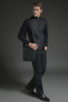 Jaqueta esportiva com matelassê, calça jeans dark, pasta messenger com mix de texturas e chelsea boot. Minimalista sofisticado, ainda que casual.