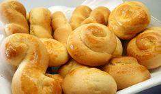 Συνταγή από syntagesmekefi.gr  Υλικά :    1 ½ κιλό αλεύρι για όλες τις χρήσεις  6 αβγά χωριστά κρόκοι και ασπράδια  1 κουτ. τσαγιού μπέικιν πάουντερ  2 φακελάκια βανίλια σκόνη  1 πρέζα αλάτι  1 φλιτζ. ζάχαρη  2 φλιτζ. γάλα  ½ φλιτζ. βούτυρο γάλακτος λιωμένο  1 κουτ. τσαγιού Greek Sweets, Greek Desserts, Greek Recipes, Greek Cookies, Coconut Flour Cookies, Koulourakia Recipe, Cypriot Food, Cookie Recipes, Dessert Recipes