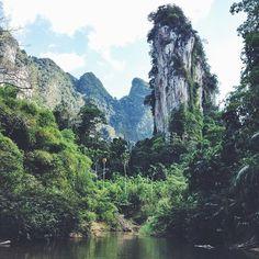 Der Khao Sok Nationalpark im Süden von Thailand (80km nördlich von Phuket) ist eines der letzten ursprünglichen Regenwaldgebiete in Südostasien. Hier leben noch wilde Elefanten, Gibbons oder Nashornvögel und die Rafflesia, die größte Blume der Welt.  Hier könnt ihr in Baumhäusern oder schwimmenden Hütten auf einem See übernachten und von dort zu Fuß oder per Boot/Kajak zu Erkundungstouren in den Dschungel aufbrechen. || Bild & Reisetipp: @blackdotswhitespots || Und jetzt ihr! Was ist euer