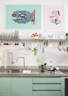 This open kitchen is filled with interesting features, like brick walls, concrete beams and candy colors. (in Portuguese) Industrial Kitchen Design, Eclectic Kitchen, Home Decor Kitchen, Kitchen Interior, Kitchen Ideas, Diy Home, Kitchen Colors, Mint Kitchen, Kitchen Rack