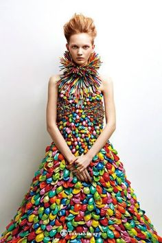 Creative fashion: 10 stunning dresses made with balloons.and it has mix with different colors on it, to make the dress look cool and beautiful Weird Fashion, Look Fashion, Fashion Art, High Fashion, Fashion Show, Dress Fashion, Unique Fashion, Fashion Clothes, Runway Fashion