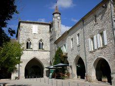 Monflanquin: Bastide médiévale : maisons de la place des Arcades, dont celle du Prince Noir, et clocher de l'église Saint-André - France-Voyage.com