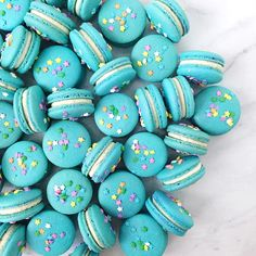 This gluten free birthday cake macaron filling recipe is perfect for any celebration. They're topped with a variety of sprinkles and taste better than the real thing! Blue Macarons Recipe, Blue Macaroons, Macaroons Flavors, French Macaroons, Macaroon Filling, Macaroon Cookies, Macron Recipe, French Macaroon Recipes, Gluten Free Birthday Cake