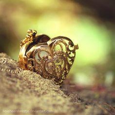 Filigree heart locket in gold