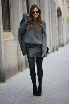 9 maneiras de usar saia de couro. Blusa cinza, saia de couro preta, meia calça preta, ankle boot preta