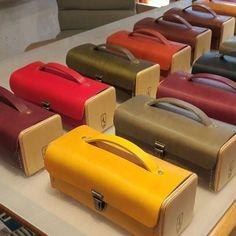 Le Minimum en bois et cuir Création Damien Béal Leather wood /wood bag www. Leather Box, Leather Craft, Leather Purses, Leather Handbags, Soft Leather, Vintage Leather, Wooden Bag, Leather Workshop, Wholesale Handbags