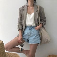 10 Zomer essentials voor in je kledingkast Spring outfit Summer outfit Outfit Jeans, Comfy Outfit, Look Fashion, Trendy Fashion, Fashion Trends, Womens Fashion, Fashion Spring, Fashion Ideas, Trendy Style