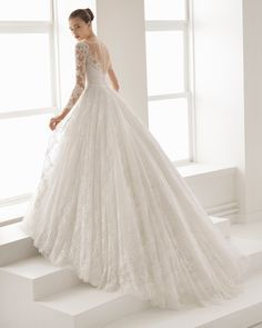 Brudekjolen Romantic-style beaded lace and tulle wedding dress with long sleeves, V-neckline and low back, in natural. 2018 Aire Barcelona Collection.