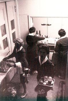 Ravintola Pohjois-Karjala (Sokos Hotel Vaakunan edeltäjä), Joensuu. Ravintolan keittiössä hääritään vieraita palvellen.