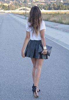 Camiseta: Zara  Falda: Zara  Cinturón: Pull & Bear   Pulseras: Asos y H & M  Tacones: Zara  Clutch: Zara