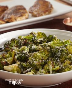 Prepare this Parmesan-Roasted Broccoli for an elegant and appetizing dish. This four-ingredient Parmesan-Roasted Broccoli dish is the perfect savoury side for holiday gatherings, dinner parties and more! Broccoli Dishes, Parmesan Broccoli, Broccoli Florets, Broccoli Recipes, Healthy Living Recipes, Home Recipes, Roasted Broccoli Recipe, Recipe Please, Cooking Instructions