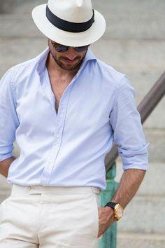 Chapéu panamá com camisa social de algodão e alfaiataria leve