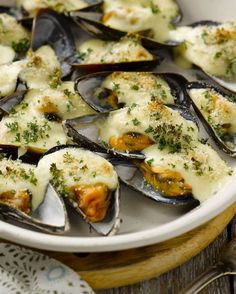 Gegratineerde mosselen - 15gram ! Snacks Für Party, Lunch Snacks, Fish Recipes, Seafood Recipes, Cooking Recipes, I Love Food, Good Food, Yummy Food, Happy Foods