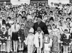 Kein Herz für Kinder: Gerne inszenierten sich die Ceausescus als kinderliebe Familienfreunde. Die Diktatoren förderten allerdings nur gesunde Kinder. Kinder mit Behinderungen wurden in Anstalten weggesperrt, wo sie unter katastrophalen Bedingungen dahinvegetierten und starben.