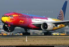 Avião da Continental Airlines com pintura colorida