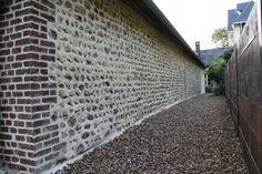 Rénovation de façade en briques et silex en normandie Railroad Tracks, Bricks, Normandie, Patio, Train Tracks